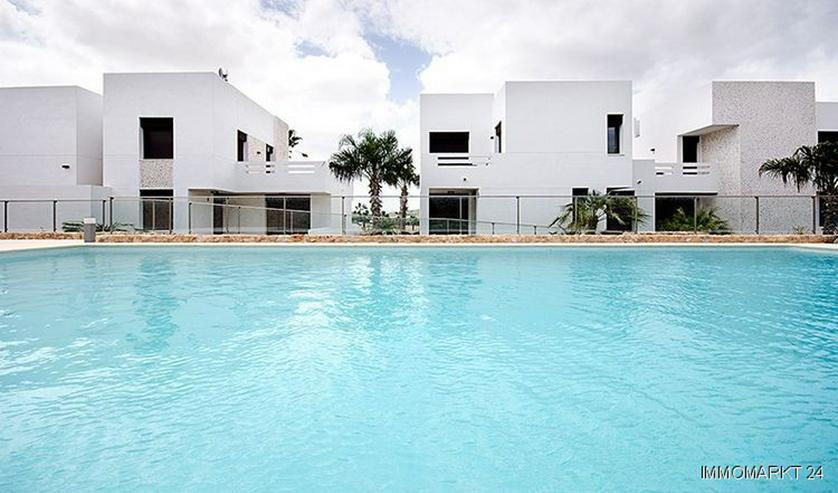 Moderne Obergeschoss-Appartements mit Gemeinschaftspool in sehr schöner Golfanlage - Bild 1