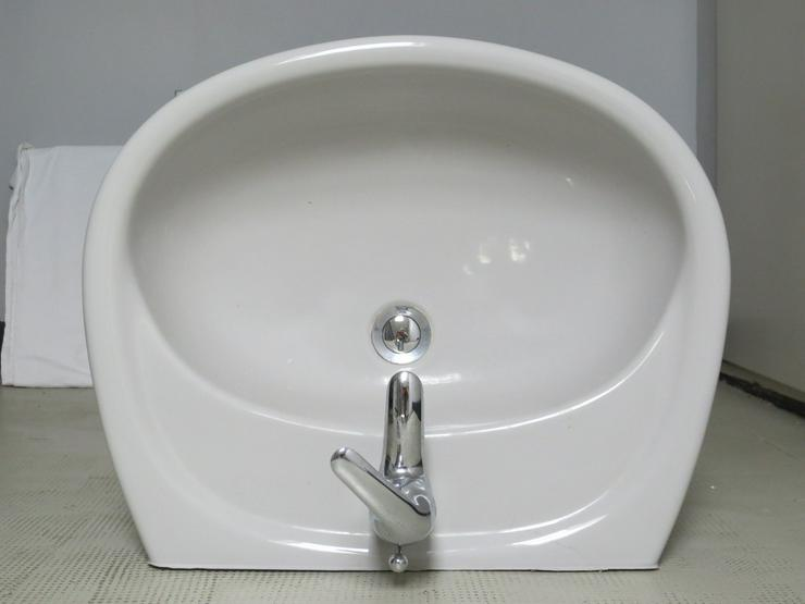 tadelloser Waschbecken mit Armatur