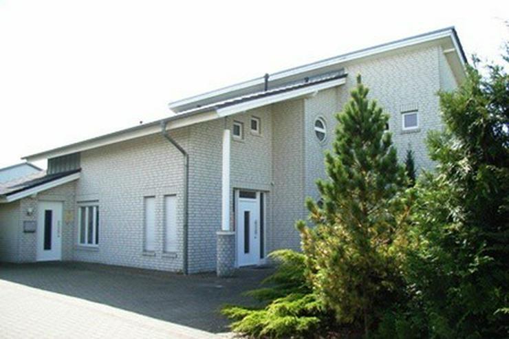 Bild 2: Modernes, neuwertiges Wohnhaus mit Bürotrakt und Stahllagerhalle im Gewerbegebiet in Garr...