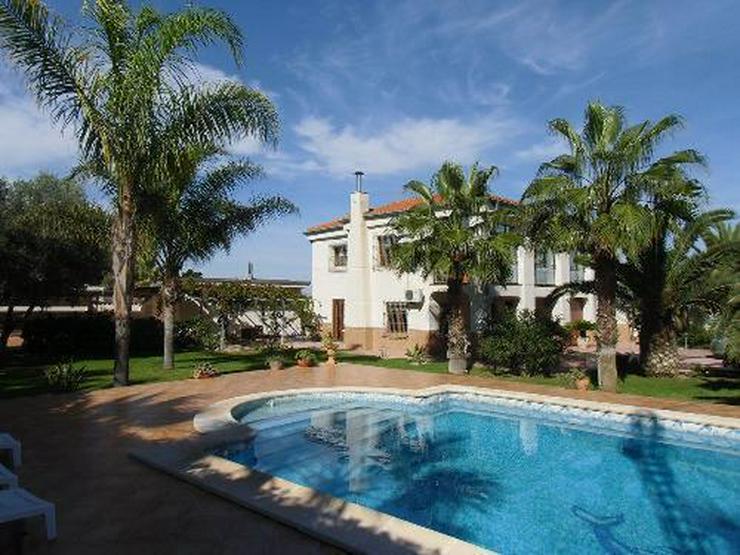 Exklusive Landhaus-Villa für höchste Ansprüche mit Gästeappartement und Privatpool - Bild 1