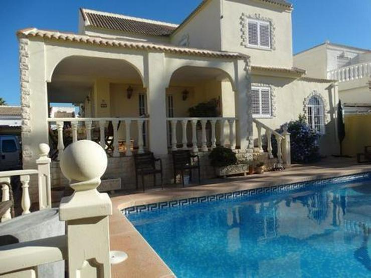 Sehr schöne und großzügige Villa mit Privatpool