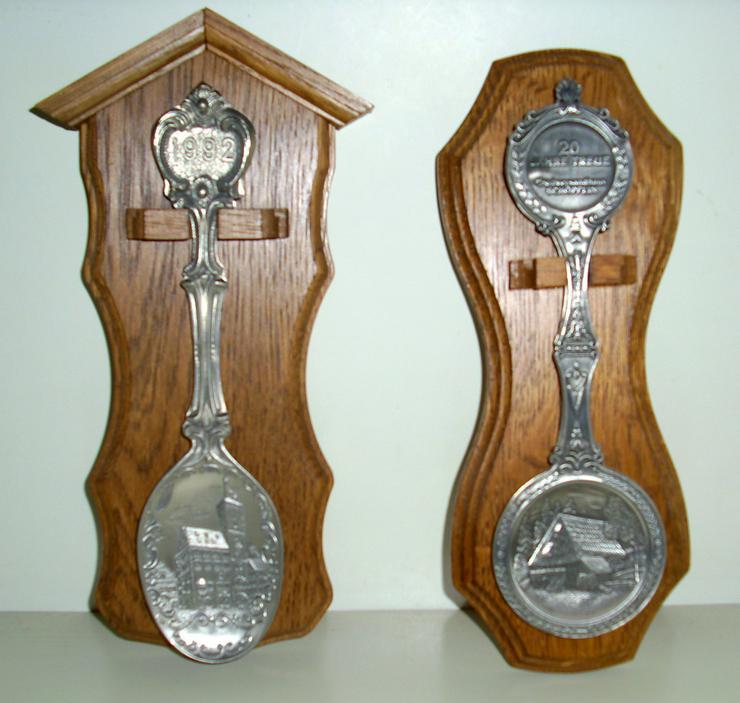 Zinnlöffel auf Holzbrett - Figuren & Objekte - Bild 1