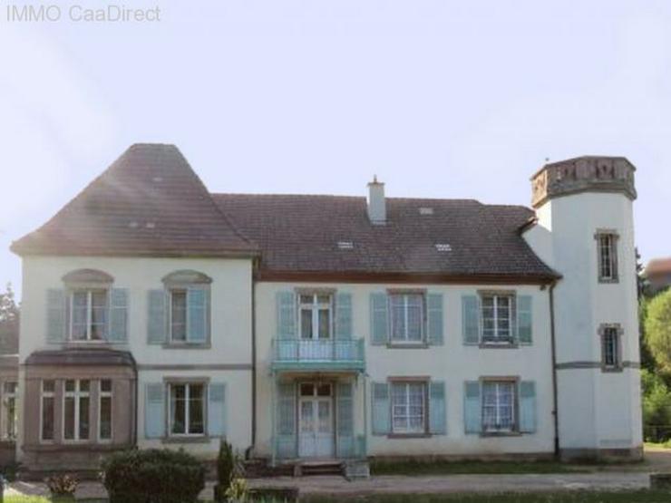 Bild 2: Herrenhaus mit Turm und sandsteingerahmten Fenstern, in den Vogesen