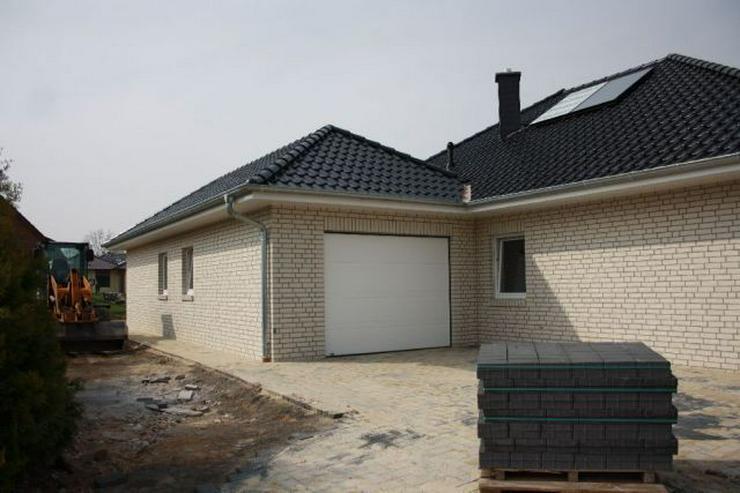 Bild 2: Neubau-Winkelwalmdach-Bungalow mit exklusiver Ausstattung