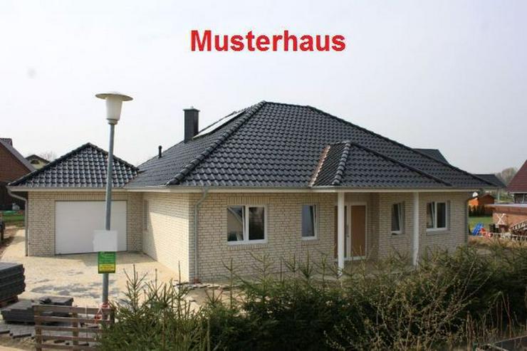 Neubau-Winkelwalmdach-Bungalow mit exklusiver Ausstattung - Haus kaufen - Bild 1