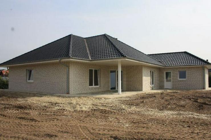 Bild 3: Neubau-Winkelwalmdach-Bungalow mit exklusiver Ausstattung