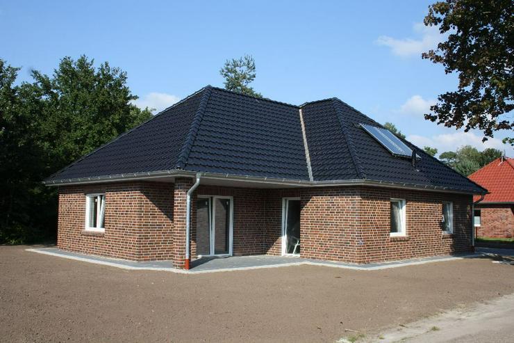Erstbezug Neubau Winkelwalmdachbungalow in ruhiger Wohnsiedlung