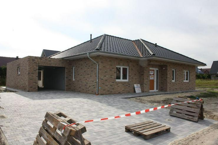 Neubau Erstbezug Winkelwalmdachbungalow in ruhiger Wohnsiedlung