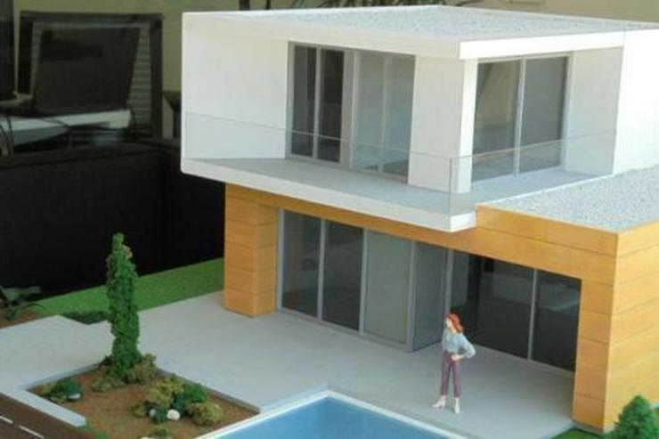 Bild 3: Moderne und großzügige Villen neben Golfanlage