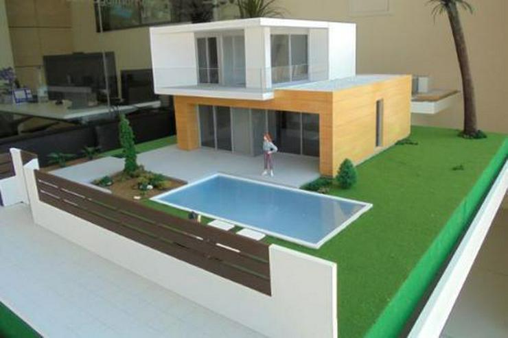 Bild 4: Moderne und großzügige Villen neben Golfanlage