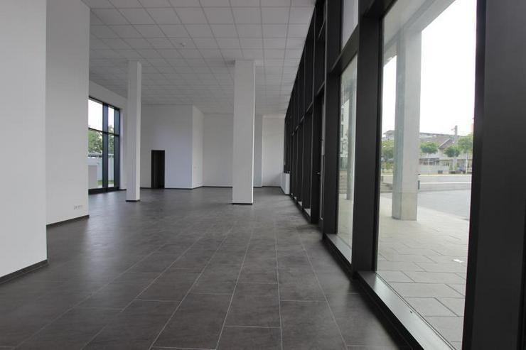 Bild 3: MIT 360°-Rundgang: Top-Ladenfläche - zentral, nahe U-Bahn mit großem Schaufenster.