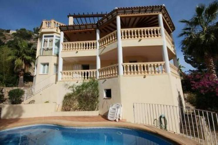 Gepflegte und großzügige Villa mit Garage, Pool und traumhaftem Ausblick