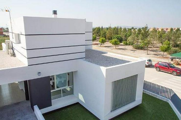 Villen in innovativem Design mit Privatpool und Garage - Bild 1