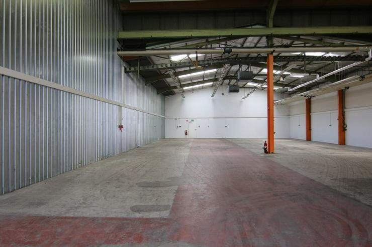 Bild 2: BIS 1500 m² PRODUKTIONS- UND LAGERFLÄCHEN AB 1,99 EUR/m²* IDEAL FÜR KURZZEITLÖSUNGEN