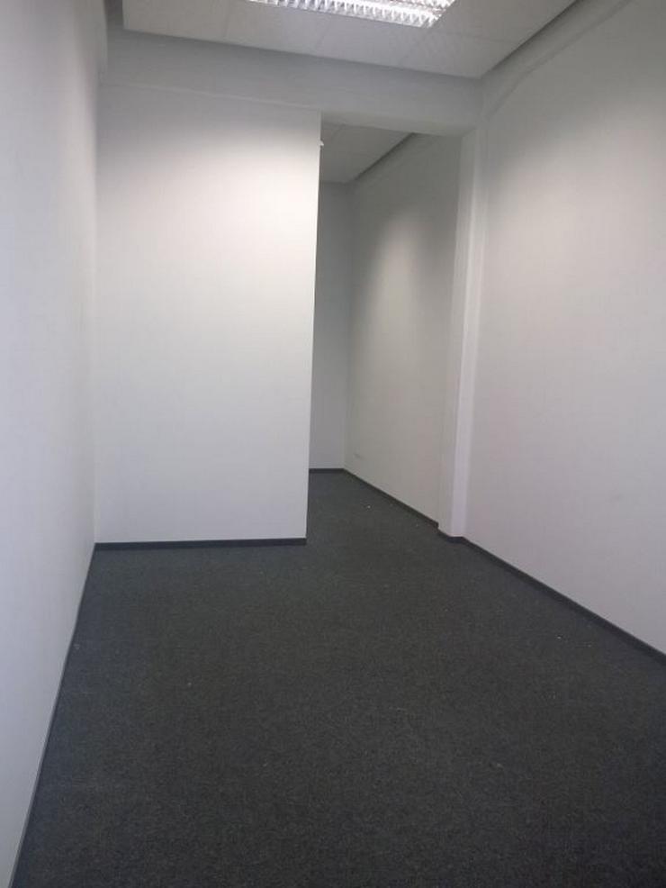 Bild 2: TEILRENOVIERTES BÜRO MIT DREI RAUMZONEN, TEEKÜCHE UND PERSONENAUFZUG AB 7,20 EUR/m²