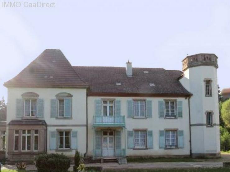 Herrenhaus mit Turm und sandsteingerahmten Fenstern, in den Vogesen