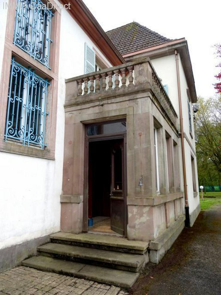 Bild 4: Herrenhaus mit Turm und sandsteingerahmten Fenstern, in den Vogesen