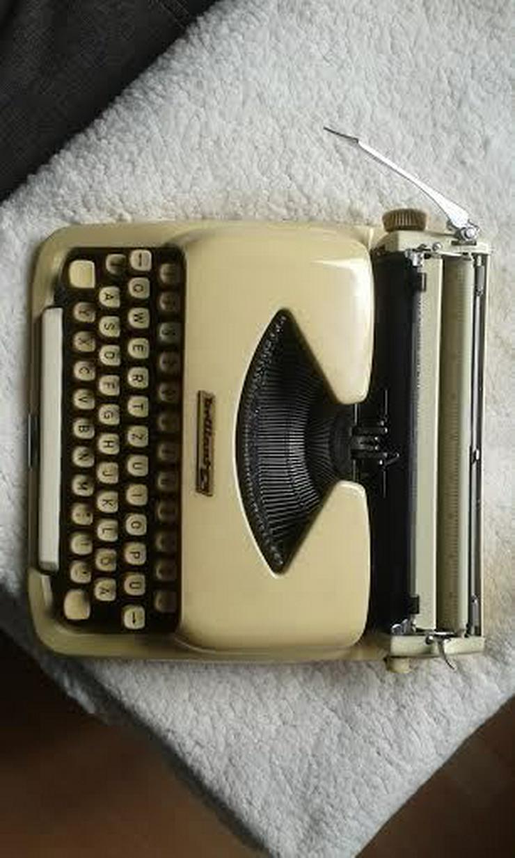 Bild 4: Kofferschreibmaschine  50 er Jahre
