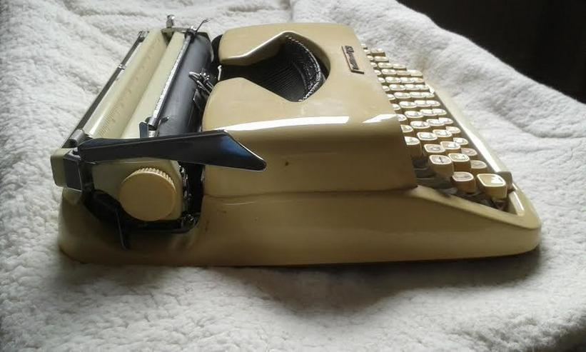 Bild 3: Kofferschreibmaschine  50 er Jahre