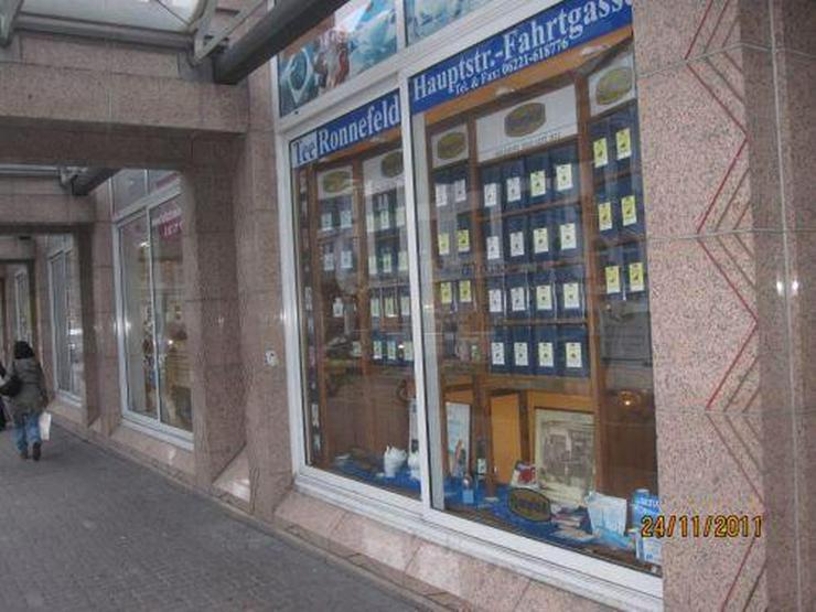 Heidelberg-Bismarckplatz: Großes Schaufenster mit tausenden Passanten