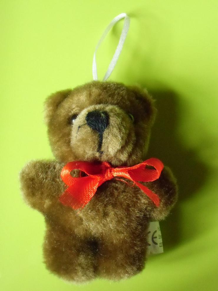 kleiner brauner Bär mit roter Schleife