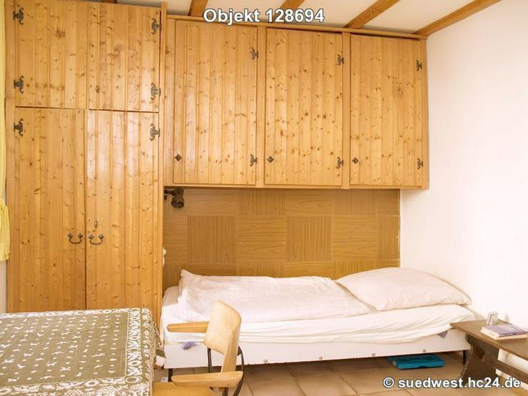 Bild 2: Karlsruhe-Innenstadt-West: Zweckmäßig eingerichtetes Zimmer mit eigener Dusche