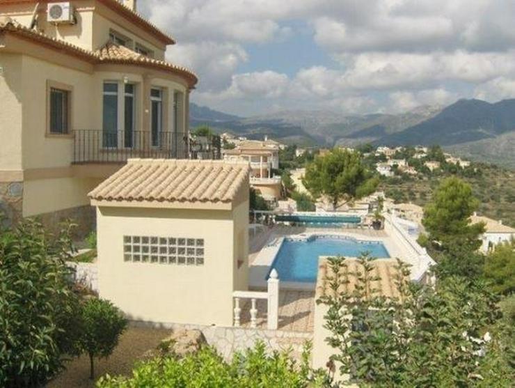 Bild 2: Sehr moderne Villa mit Kaminofen, Pool, Carport, Fussbodenheizung und herrlicher Aussicht