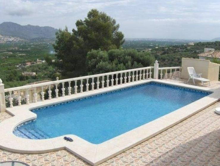 Bild 1: Sehr moderne Villa mit Kaminofen, Pool, Carport, Fussbodenheizung und herrlicher Aussicht