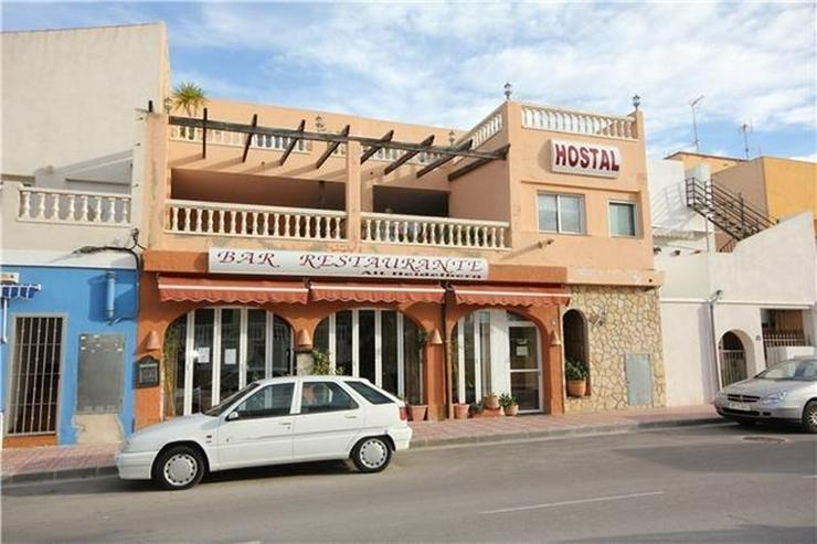 Kapitalanlage - Existenzgründung: Hostal mit Gästewohnungen nur 100 Meter vom Strand ent... - Gewerbeimmobilie kaufen - Bild 1