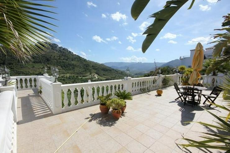 Bild 5: Großzügige Villa mit 2 WE, 6 SZ, 3 BZ, Klima, 12 x 6 m Pool und traumhaftem Bergblick