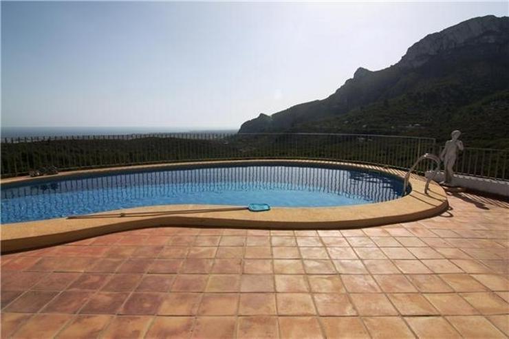 Bild 3: Großzügige Villa mit großer Poolterrasse und traumhafter Berg,-und Meeraussicht auf dem...