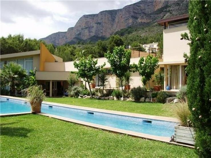 Luxuriöse Designervilla mit Pool in herrlicher Süd-West Lage mit schönem Panoramaausbli... - Haus kaufen - Bild 1