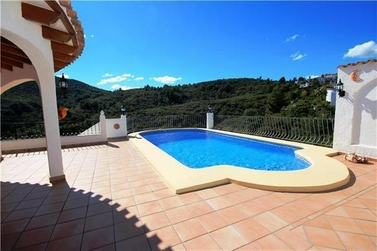 Bild 2: Villa mit Ausbaupotential, großem Grundstück, toller Poolterrasse und Bergsicht am Monte...