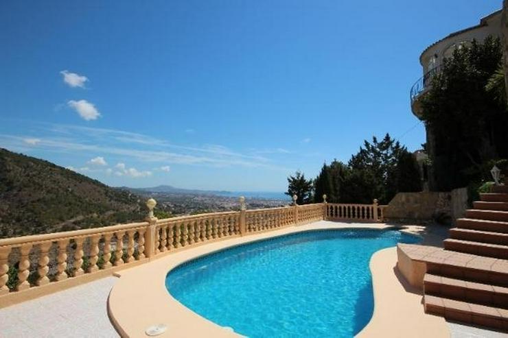 Bild 2: Attraktive Villa mit 2 WE, ZH, Pool in beliebtem Wohngebiet mit Meerblick