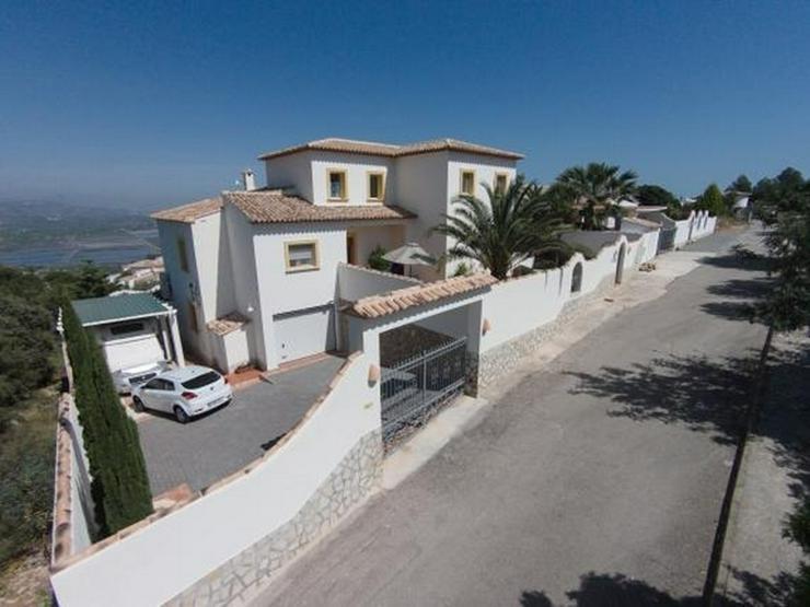 Bild 3: Schöne Villa mit herrlicher Aussicht auf das Meer und die Berge in ruhiger Lage mit Pool ...
