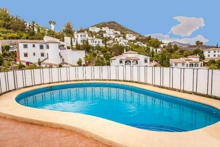 Bild 3: Sehr gepflegte 4 Schlafzimmer Villa mit Pool und schöner Aussicht auf grossem Grundstück...
