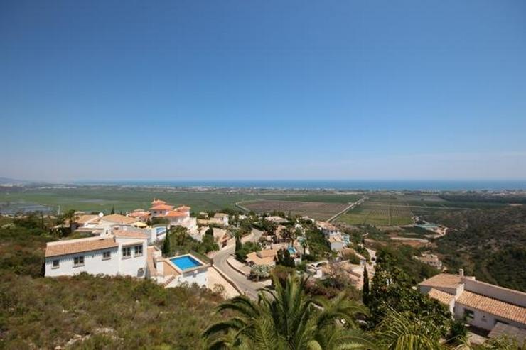 Bild 2: Großzügige Villa mit 2 Wohneinheiten, Carport, ZH, Terrassen, Pool und traumhaftem Meerb...