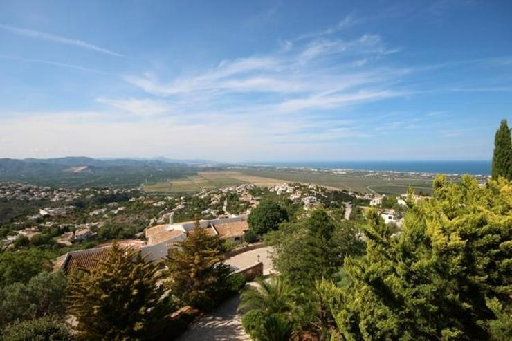 Bild 2: Grosszügige 4 SZ Villa mit ZH, Gästebereich, Carport, Pool, Terrassen und atemberaubende...