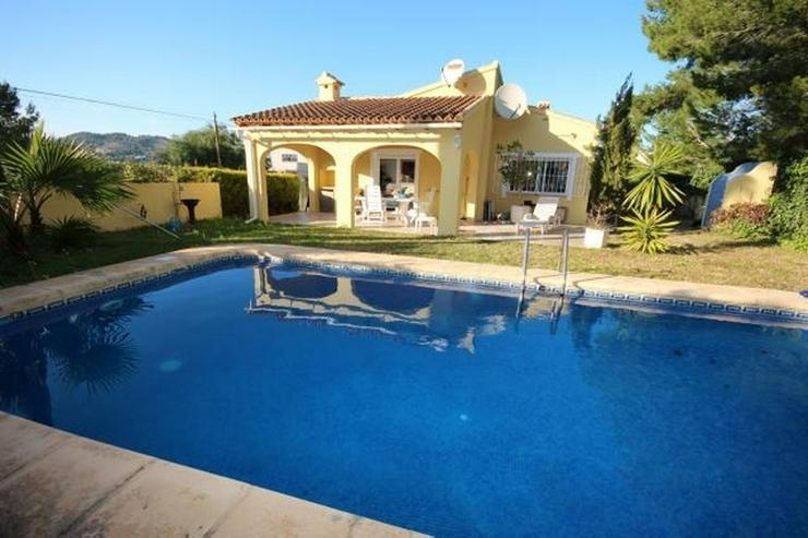 Gepflegte Villa mit Pool, großzügig und modern, Zentralheizung, BBQ, Carport, alles auf ... - Haus kaufen - Bild 1