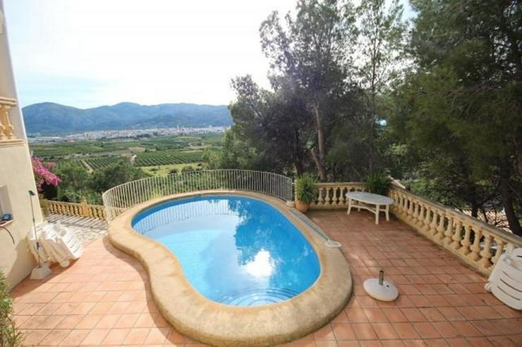 Bild 2: Gepflegte Villa mit viel Raumangebot, Garage, ZH, Pool, sonnig und privat gelegen mit trau...