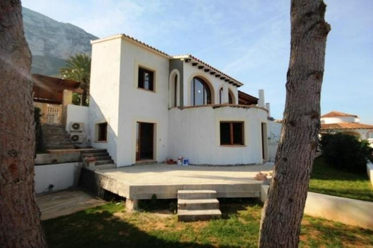 Villa mit Einliegerwohnung, Infinity Pool und Meersicht in Denia - Haus kaufen - Bild 1