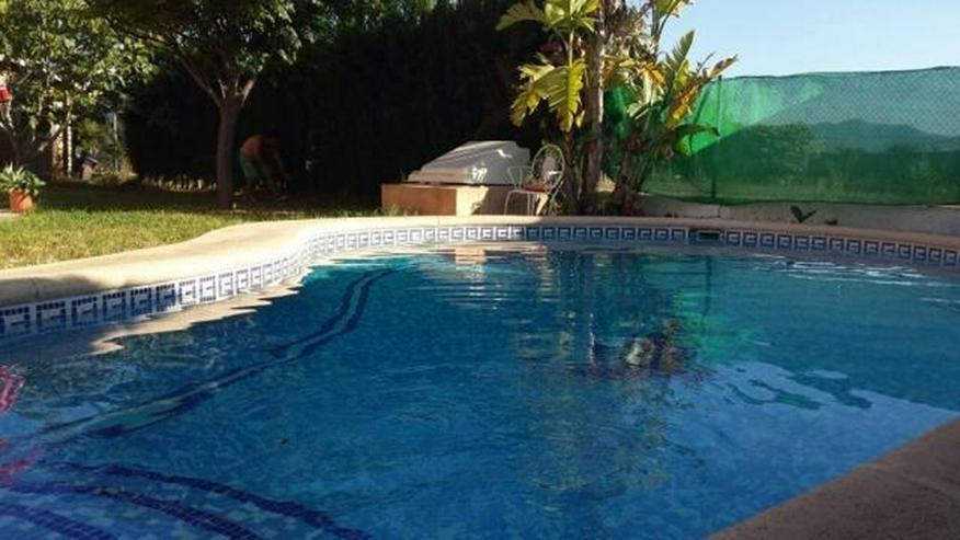 Villa mit zwei Schlafzimmern auf 400 qm Grundstück mit Pool in Els Poblets nur 900 Meter ... - Haus kaufen - Bild 1