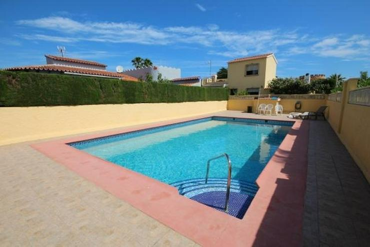 Bild 2: Gepflegte Villa mit Gemeinschaftspool, 3 Schlafzimmer, 2 Badezimmer, Kamin und Klimaanlage...