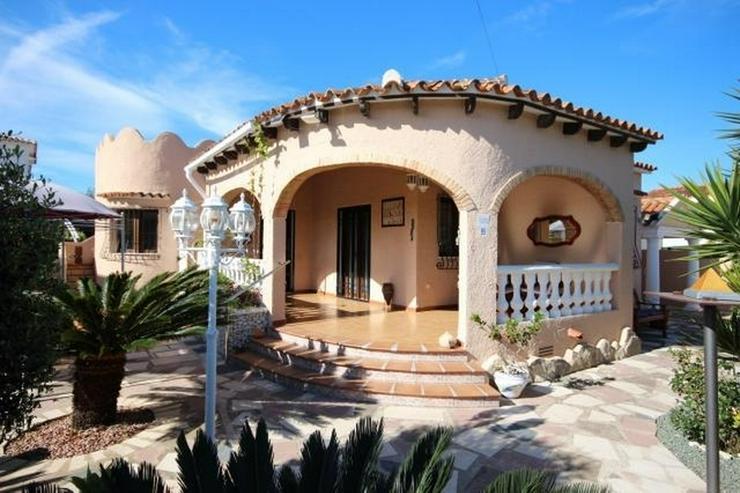 Gepflegte Villa mit Gemeinschaftspool, 3 Schlafzimmer, 2 Badezimmer, Kamin und Klimaanlage... - Haus kaufen - Bild 1