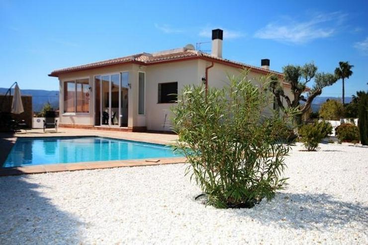 Moderne, zweistöckige Villa in Südlage mit 3 Schlafzimmern und Pool - Haus kaufen - Bild 1