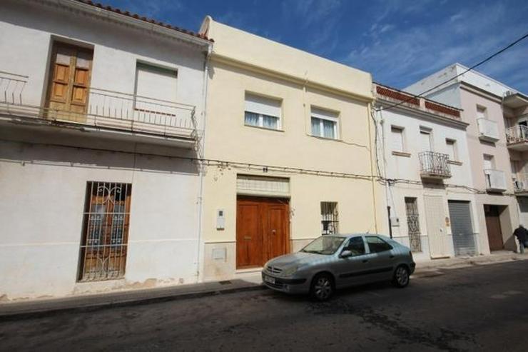 Stadthaus im Zentrum von Pego mit Zentralheizung, 3 Schlafzimmer, 2 Bäder, große Küche ... - Haus kaufen - Bild 1