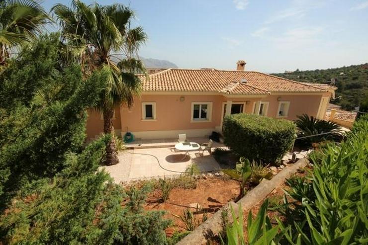 Bild 2: Ein Traum von einem Eigentum in der Sonne mit einem King-Size-Pool auf dem Grundstück von...