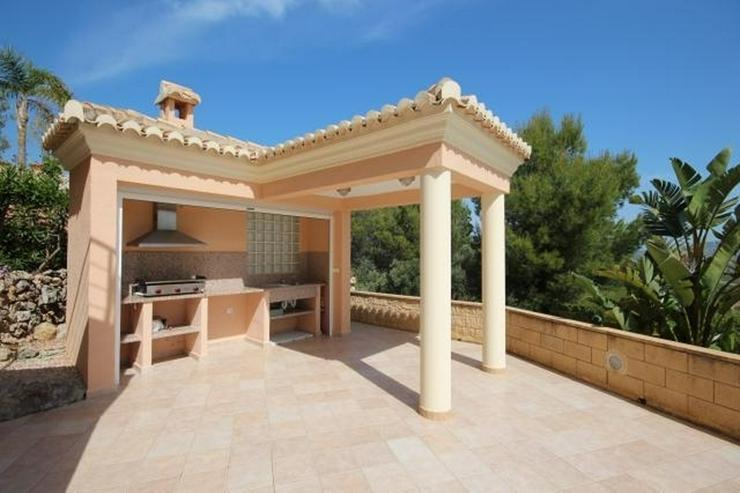 Bild 6: Ein Traum von einem Eigentum in der Sonne mit einem King-Size-Pool auf dem Grundstück von...