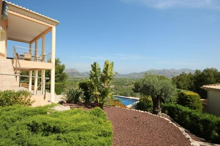 Bild 3: Ein Traum von einem Eigentum in der Sonne mit einem King-Size-Pool auf dem Grundstück von...