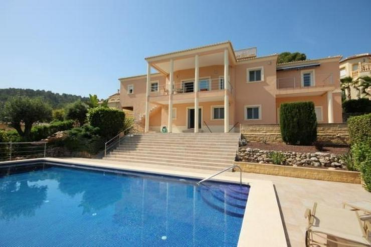 Ein Traum von einem Eigentum in der Sonne mit einem King-Size-Pool auf dem Grundstück von...